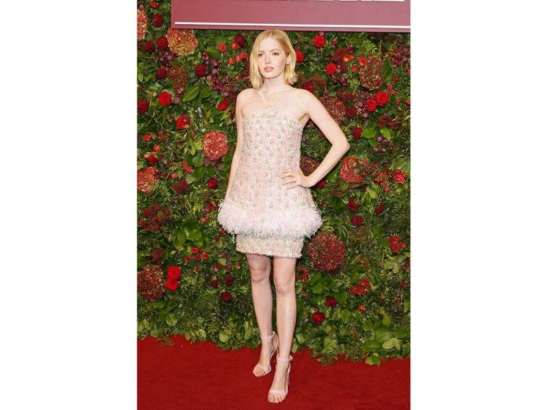 Ellie-Bamber-in-Chanel-Haute-Couture-agli-Evening-Standard-Theatre-Awards