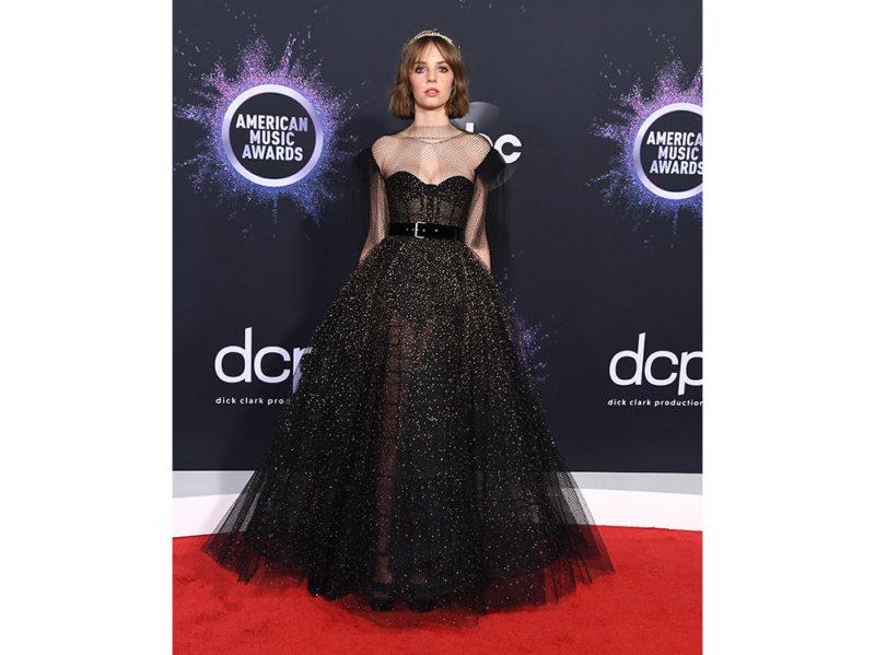Maya-Hawke-in-Dior-Haute-Couture-agli-American-Music-Awards