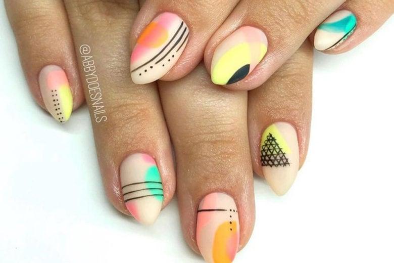 Abstract nail art: le unghie con disegni astratti super cool da copiare