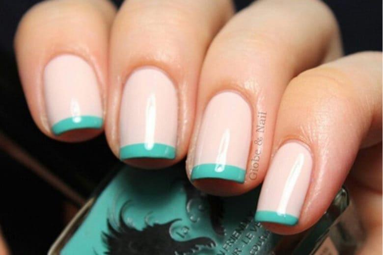 French manicure colorata: la nail art anni '90 sulle unghie della stagione