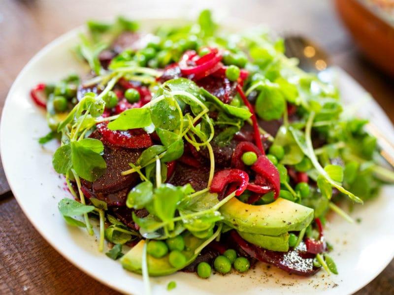 piselli insalata rucola avocado piatto
