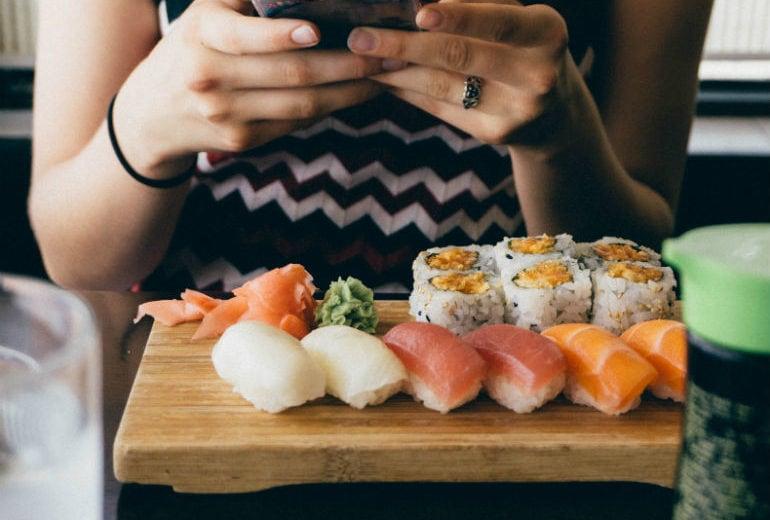 Mangiare con il cellulare sul tavolo fa ingrassare, lo dice la scienza