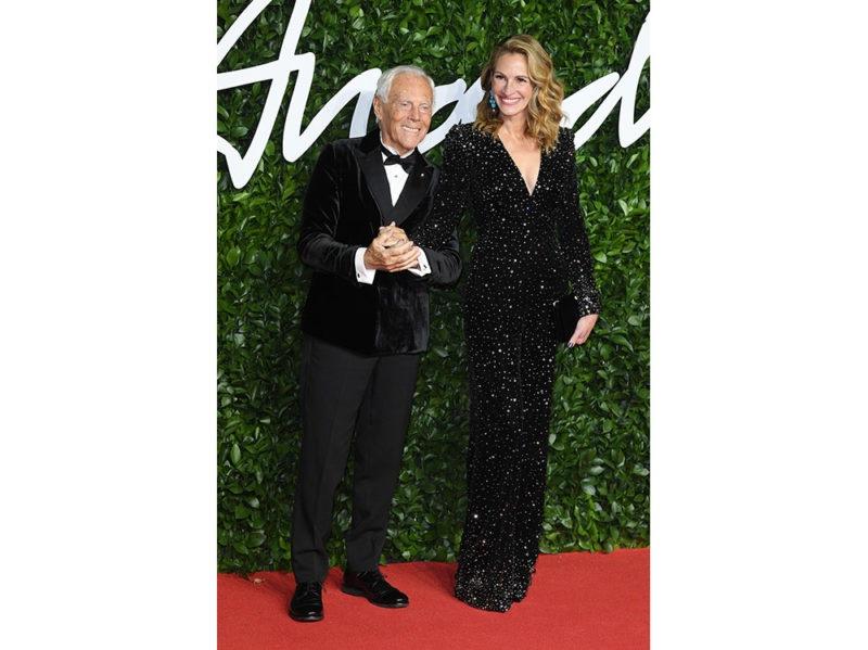 Julia-Roberts-ai-Fashion-Awards-2019-con-Giorgio-Armani