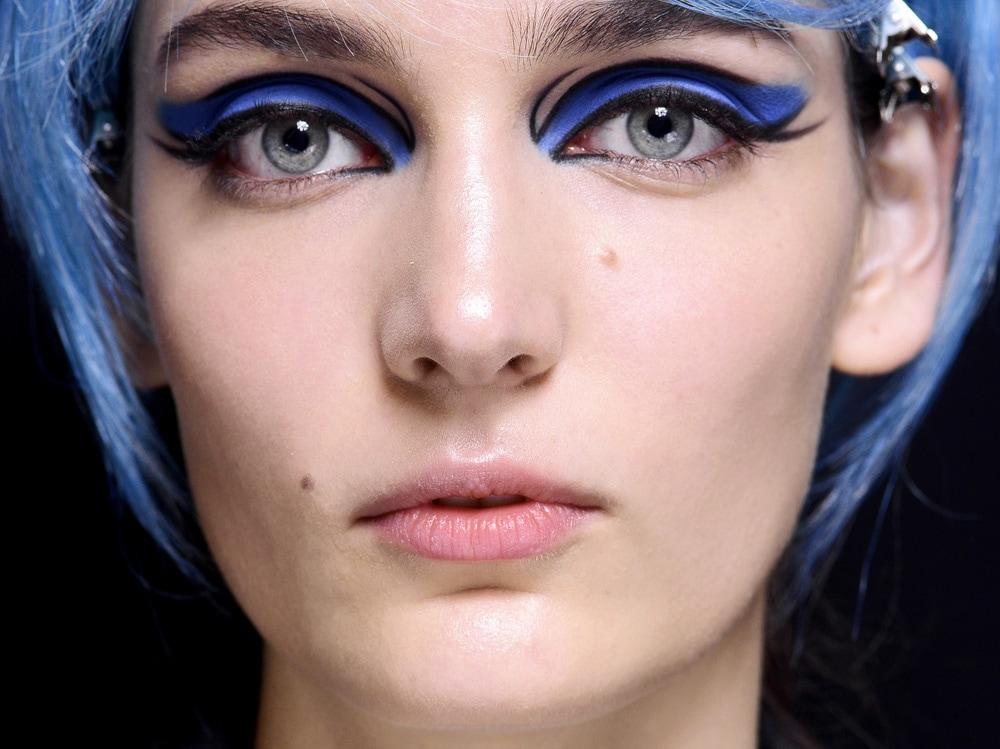 beauty-look-classic-blue-pantone-2020-trucco-blu-make-up-idee-da-copiare-5