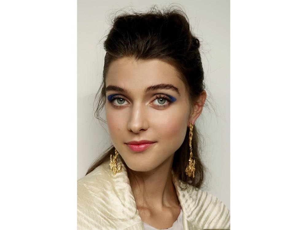 beauty-look-classic-blue-pantone-2020-trucco-blu-make-up-idee-da-copiare-6