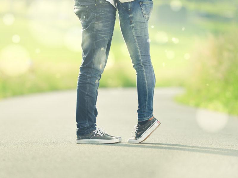 01-coppia-jeans-bacio