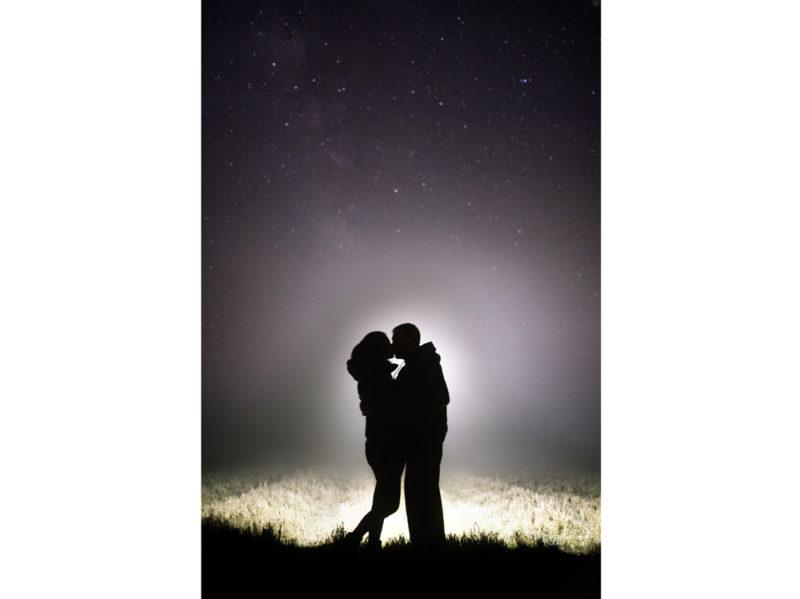 02-coppia-si-bacia