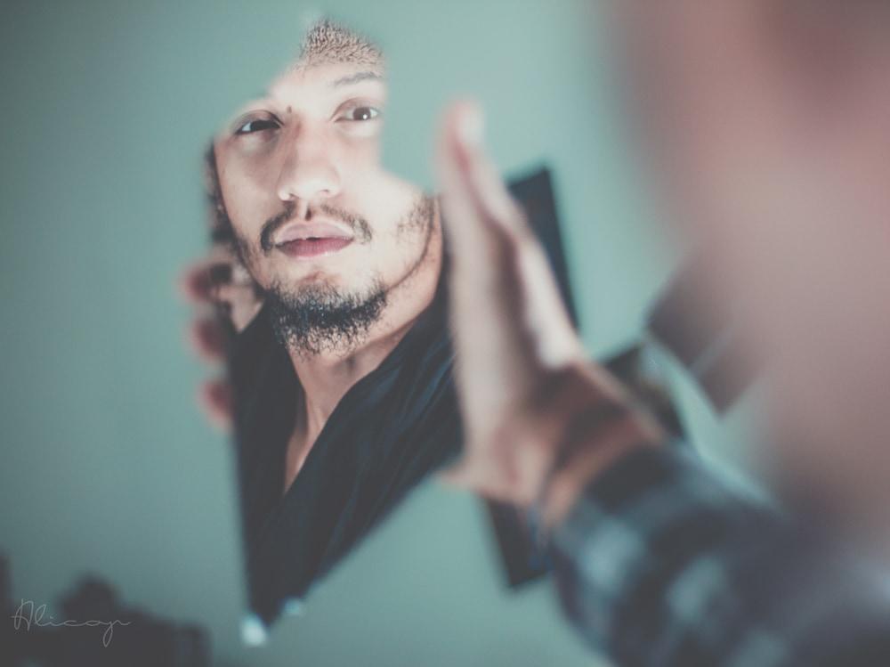 02-uomo-specchio