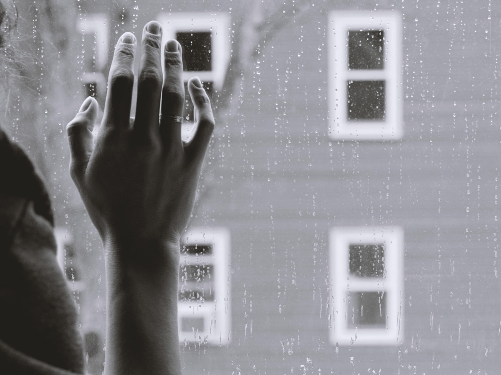 04-mano-solitudine-pioggia