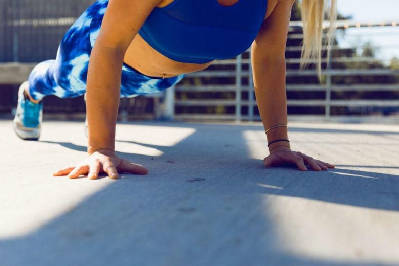 3 esercizi per allenare il core (e sembrare più alti)