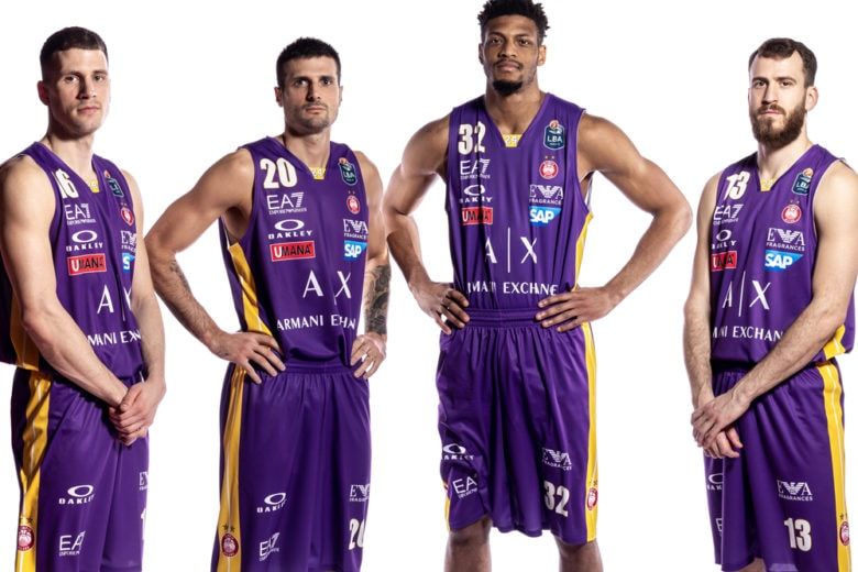L'Olimpia Milano Basket gioca con maglie speciali in memoria di Kobe Bryant