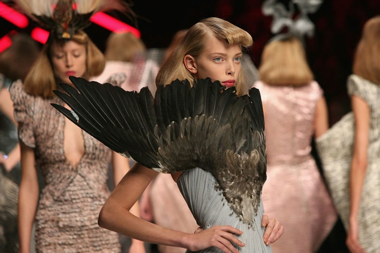 Vestiaire Collective celebra Alexander McQueen con una retrospettiva di pezzi cult