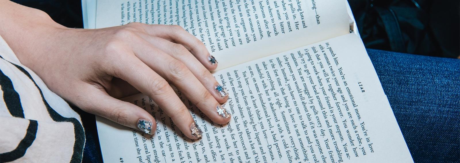 nail-art-con-le-stelle-manicure-scintillante-cover-desktop