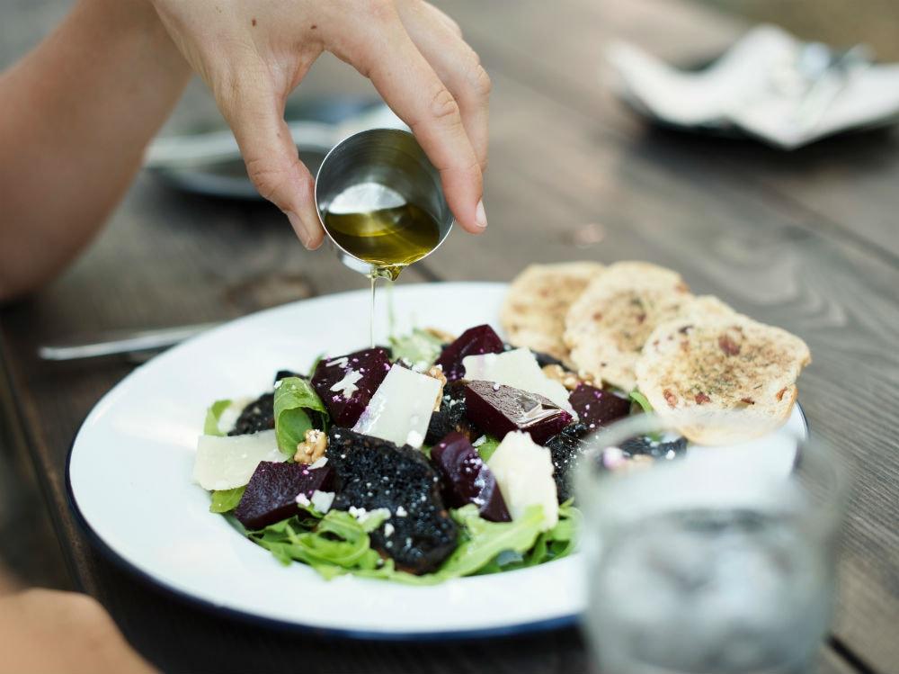 olio insalata piatto