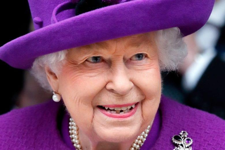 È ufficiale, la Regina Elisabetta non torna a Buckingham Palace: cosa succede ora?