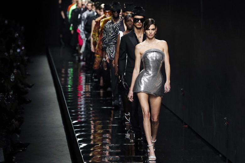 La volta di Versace: sfila in passerella la boss woman di Donatella