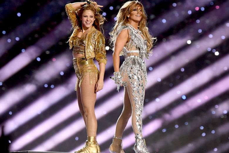 """Super Bowl, Super Fashion! Tra cristalli e frange, lo show di J.Lo. e Shakira è """"wow"""""""
