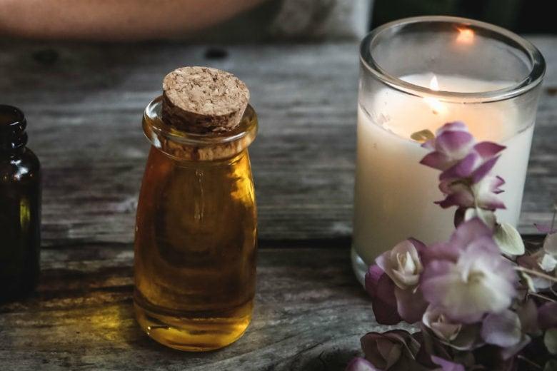 L'olio di nigella sarà il vostro nuovo segreto di bellezza preferito (provare per credere)