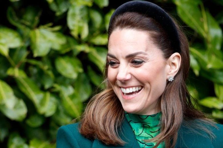 Altro che corona: basta un cerchietto in velluto (low cost) per sentirsi un po' Kate