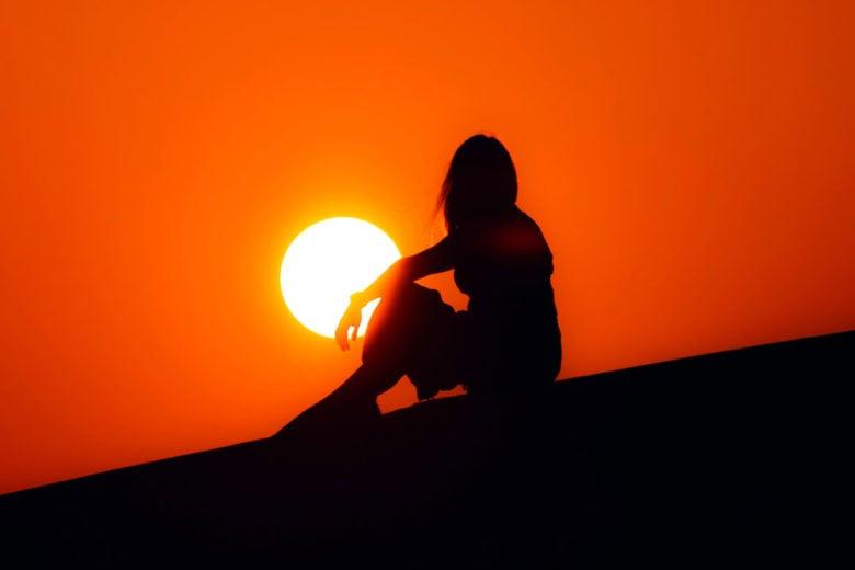 """Vitamina D: a cosa serve la """"vitamina del sole"""" e come integrarla finché siamo chiusi in casa"""