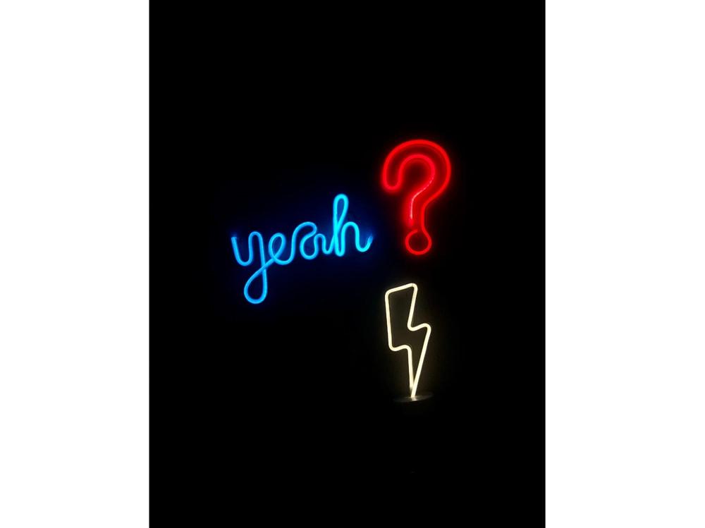 08-punto-domanda-neon