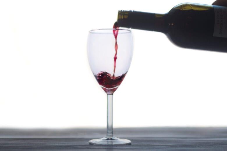 Chi l'ha detto che per bere bene si debba uscire? Piccola guida per un aperitivo di-vino a casa