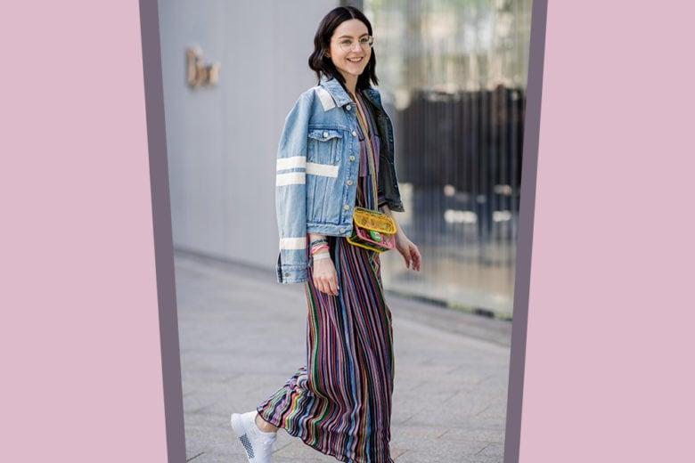 Sneakers + maxi dress a righe: il look da street style più cool del momento