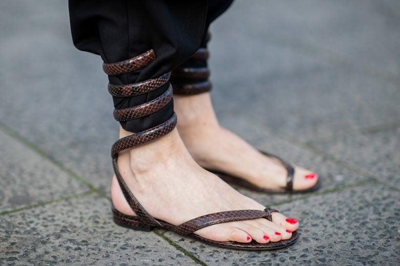 Questi sandali bassi soddisferanno la vostra pazza voglia di comodità e normalità
