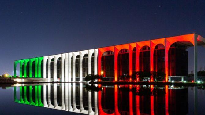 Palazzo Mondadori si illumina con il Tricolore Grazia.it