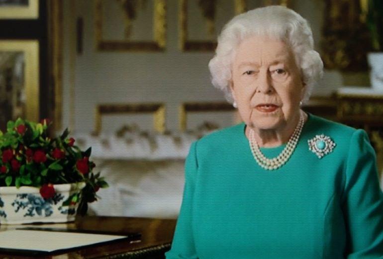 Ecco il messaggio nascosto dietro l'abito che ha indossato la Regina Elisabetta per il discorso alla nazione