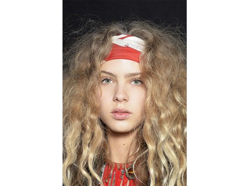 acconciature-capelli-ricci-con-fascia-04