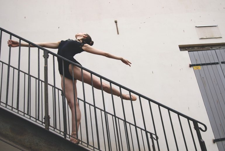 Stairs workout: 5 esercizi per rassodare i glutei a casa (usando solo un gradino)