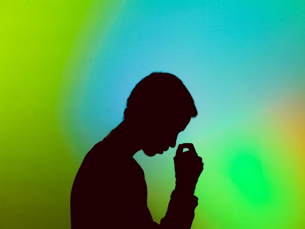 02-ombra-uomo-stressato