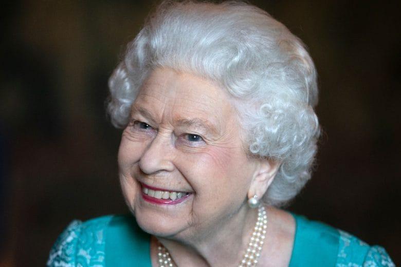 Anche la regina Elisabetta si sta facendo la piega da sola in quarantena