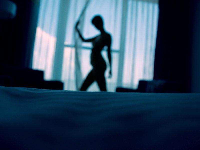06-donna-camera-letto