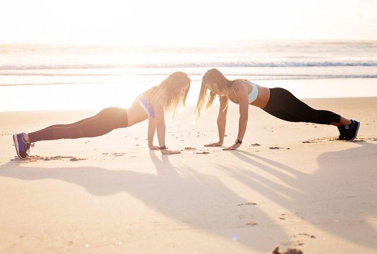 4 esercizi da fare (anche) in spiaggia per rimettersi in forma in fretta