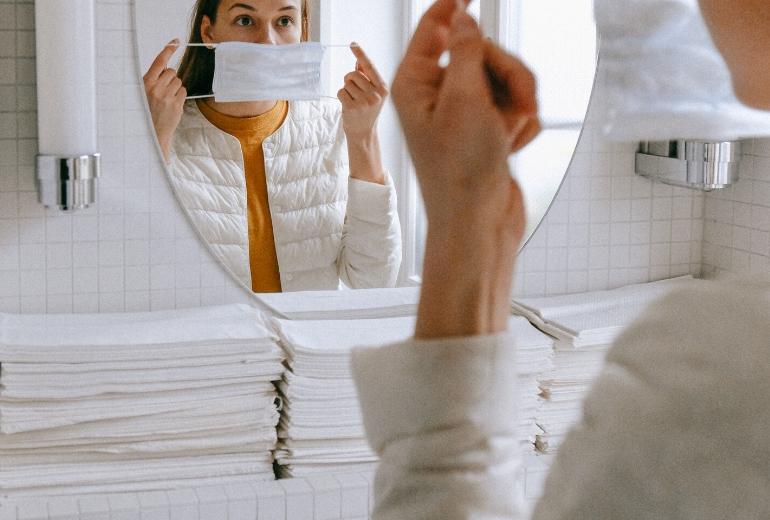 Maskne, brufoletti e imperfezioni da mascherina. Ecco come curarli
