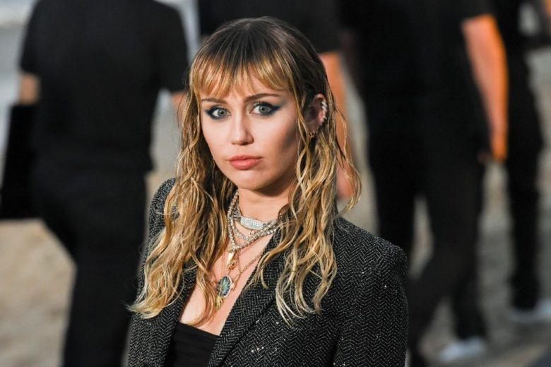 Miley Cyrus: «Il passato dei miei genitori mi ha fatto sviluppare delle brutte dipendenze»