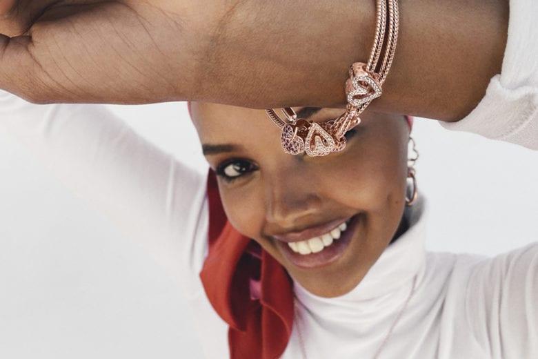 Le Muse di Pandora rivivono la magia delle prime volte e raccontano le loro storie con gli iconici gioielli del brand