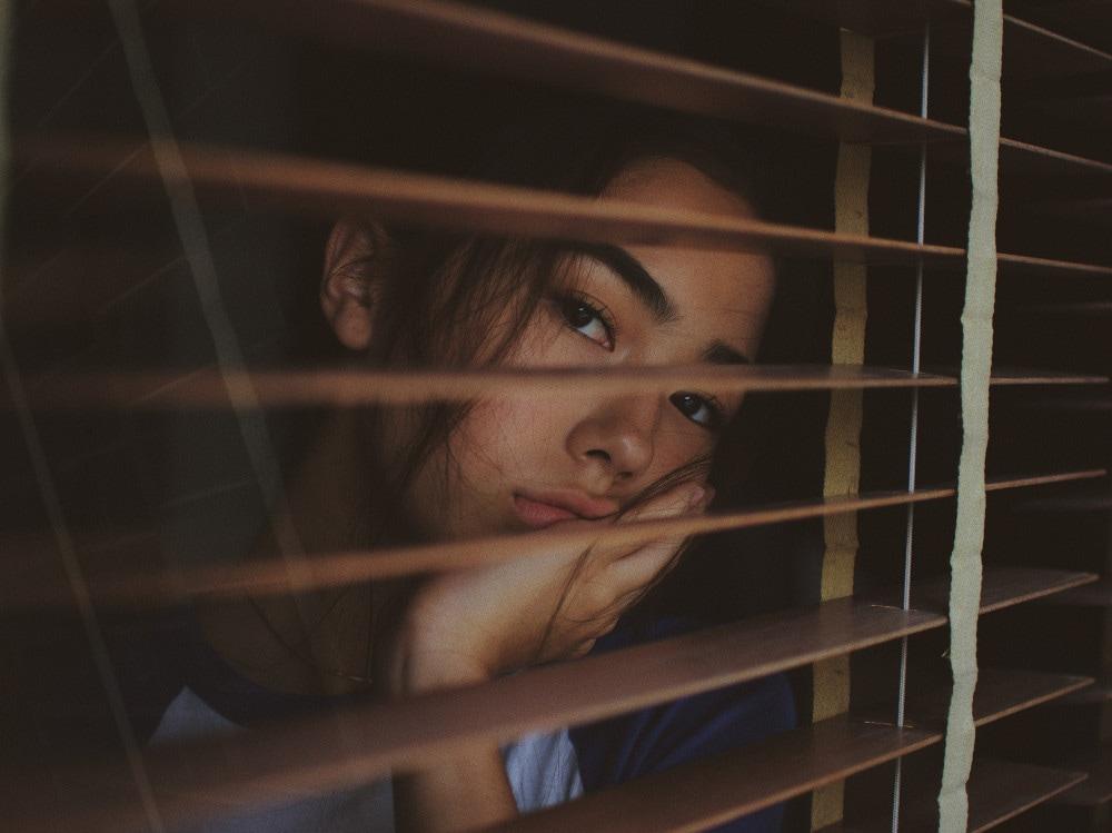 07-ragazza-finestra-annoiata