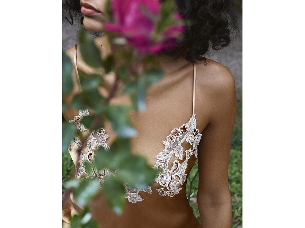 La-Perla-MAISON-METALLIC-silk-satin-slip-with-frastaglio-embroidery.-Photographer–Larissa-Hofmann.-Detail-Shot