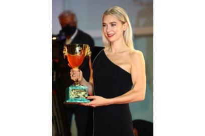 festival-cinema-venezia-2020-beauty-look-Vanessa-Kirby-33