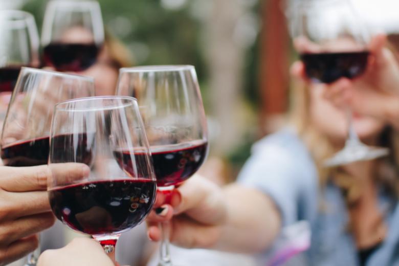 Pronti a brindare? Gli scienziati stanno creando un vino che non fa venire l'hangover la mattina dopo