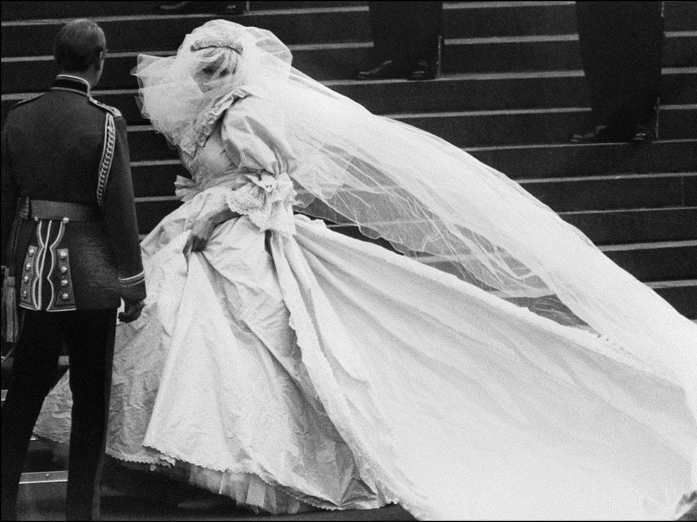 1981 Alla St Paul Cathedral, nel cuore di Londra, il 19 luglio del 1981 Charles e Diana si sposano. L'abito è stato confezionato dal duo creativo di David ed Elizabeth Emanuel.