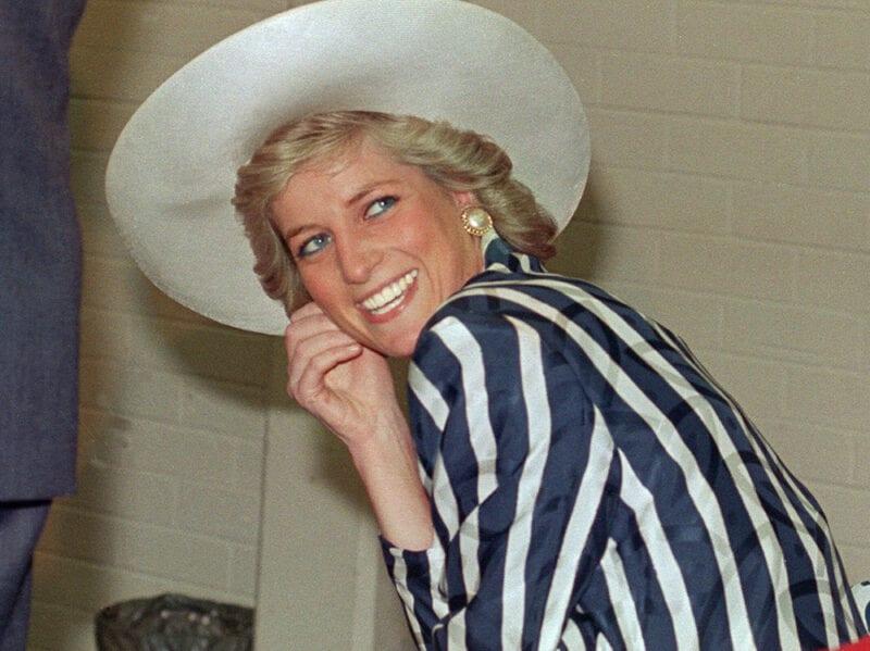 1988 Maxi cappello bianco, camicia a righe blu navy e avorio e immancabile sorriso radioso. Questa fotografia è stata scattata durante la visita della Principessa al Footscray Park di Melbourne.