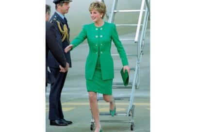 1992 La nuance verde smeraldo è una delle preferite della Principessa. Il pendant dalla testa ai piedi, accessori compresi, è un'altra caratteristica che la contraddistingue.