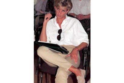 1997 Durante il suo soggiorno a Luanda, in Africa, la Principessa partecipa a un incontro della Croce Rossa britannica.