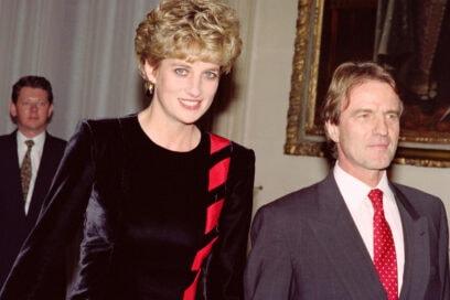 992 In compagnia del Ministro della salute francese, Bernard Kouchner. L'abito scelto è in velluto nero, con inserti rossi. Molto chic.
