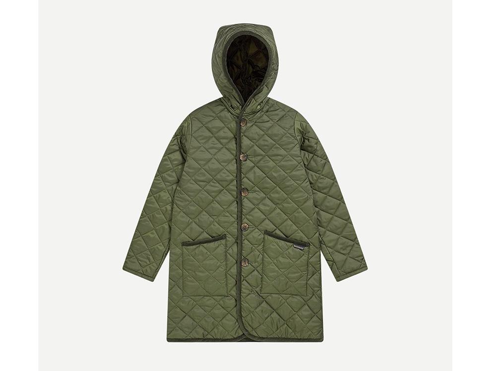 Lavenham-Maxi-piumino-verde-oliva-in-tessuto-trapuntato-con-cappuccio,-tasche-con-cuciture-e-dettagli-a-contrasto