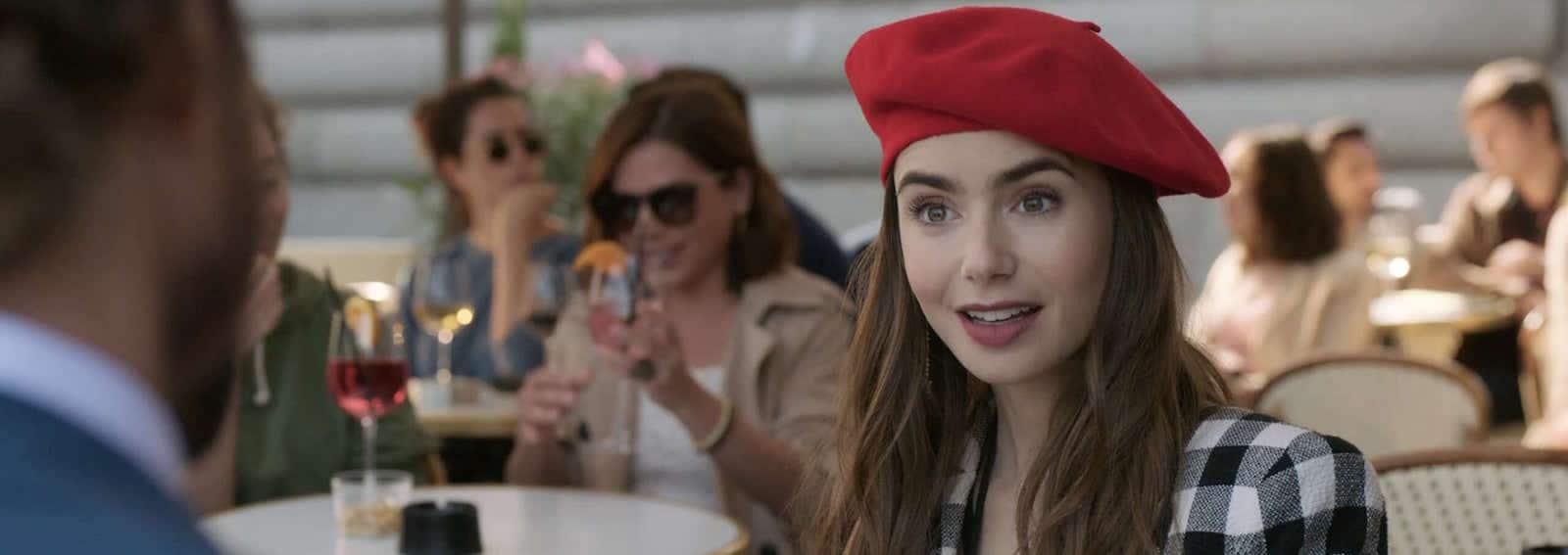 Lily Collins cappello rosso